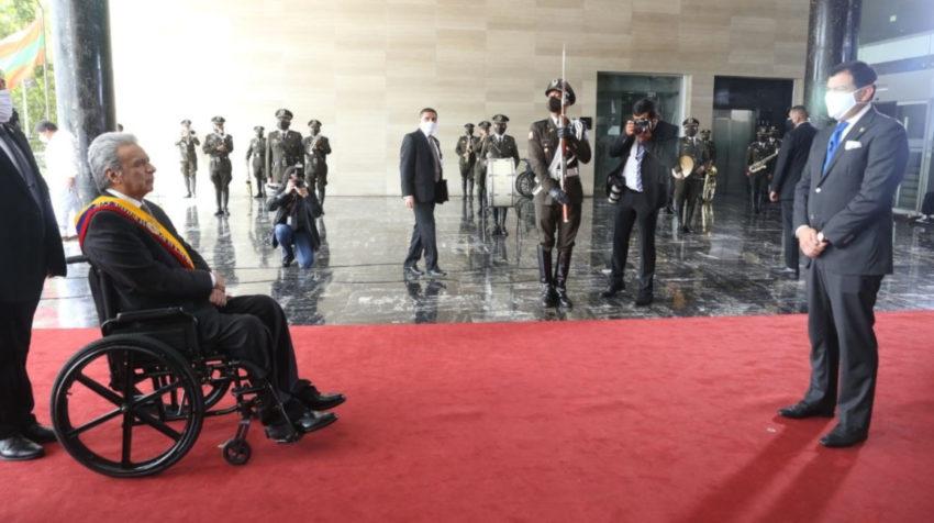 El presidente Lenín Moreno es recibido por el presidente de la Asamblea Nacional, César Litardo, el 24 de mayo de 2020, minutos antes del mensaje a la nación.