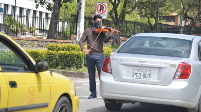 En Cuenca, un hombre se gana unos centavos tocando su violín, el 10 de abril de 2020.