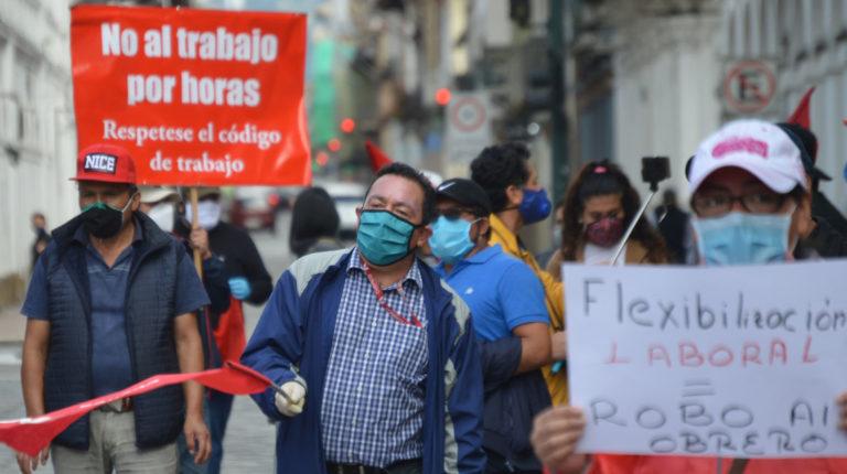 Trabajadores recorren las calles de Cuenca en contra de la Ley Humanitaria, el 18 de mayo de 2020.