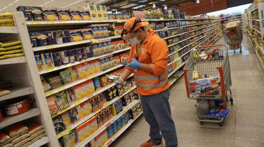 Un asistente de compras de Tipti en un supermercado de Ecuador, en mayo de 2020.