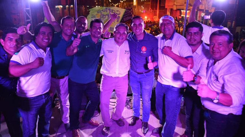 Daniel Mendoza y Jean Carlos B. (segundo desde la derecha), durante la campaña para las seccionales 2019.