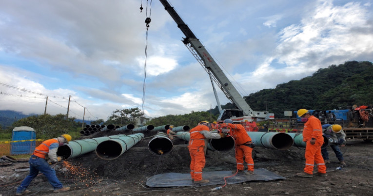 Trabajadores de la empresa OCP en el sector de construcción de la nueva variante del oleoducto.