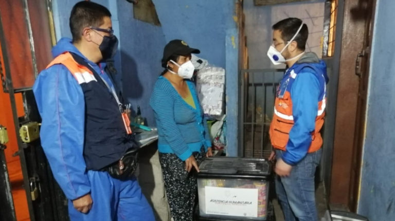 El 7 de mayo la Secretaría de Riesgos entregó kits de asistencia humanitaria en Ambato.