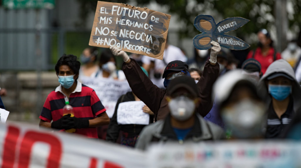 Cientos de estudiantes protestan en Ecuador por recorte a universidades