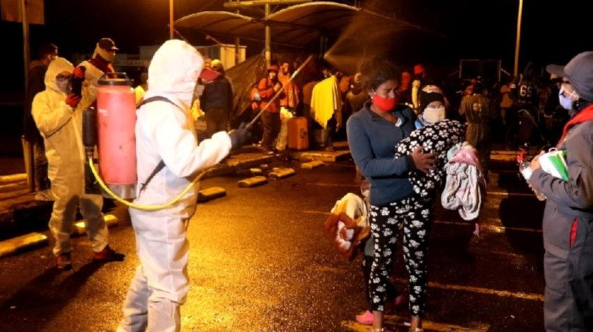 Un grupo de migrantes venezolanos esperan en Rumichaca, a inicios de mayo de 2020, durante la crisis provocada por el Covid-19.