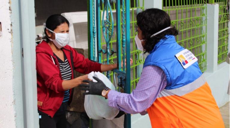 La secretaria Alexandra Ocles, el 24 de abril de 2020, en Quito, entregando ayuda humanitaria por la emergencia sanitaria por covid-19.