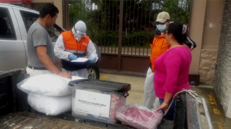 La Secretaría de Riesgos entrega asistencia humanitaria en El Descanso (Azuay), el 3 de mayo. En la imagen se ve el kit alimenticio de USD 150,82, en el contenedor de tapa negra.
