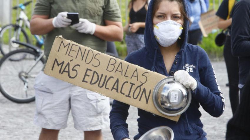 Estudiantes protestan en los exteriores de la Universidad Central, el martes 5 de mayo de 2020.