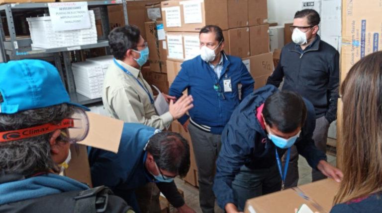 Autoridades del IESS y del Gobierno constatan el abastecimiento de insumos en el Hospital del IESS Carlos Andrade Marín en Quito, el 16 de abril de 2020.