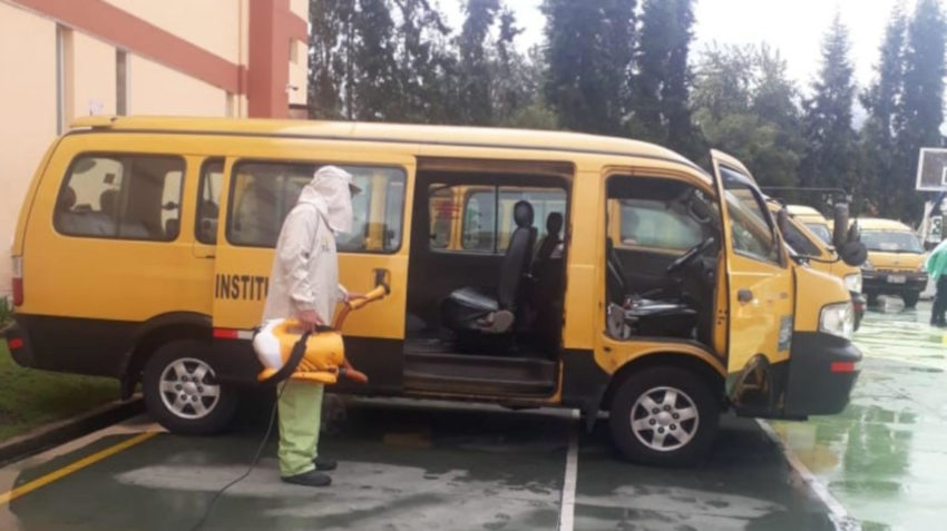 Un conductos de la Federación de Transporte Escolar e Institucional del Ecuador limpia su furgoneta, este 30 de abril de 2020.