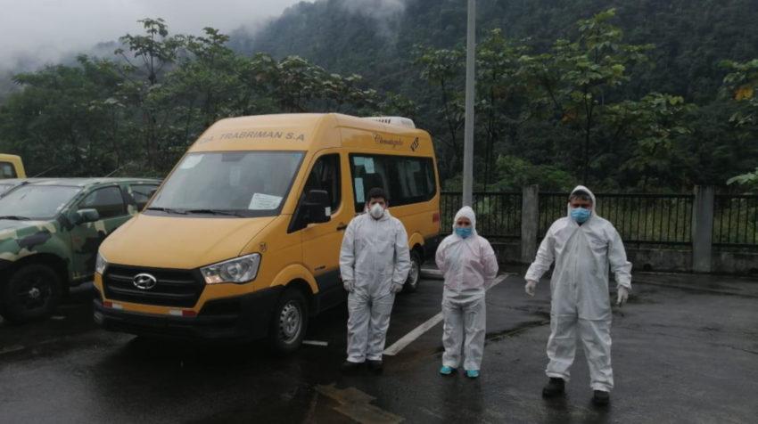 Conductores de la Federación de Transporte Escolar e Institucional del Ecuador con sus trajes de bioseguridad para evitar la propagación del coronavirus, este 30 de abril de 2020.