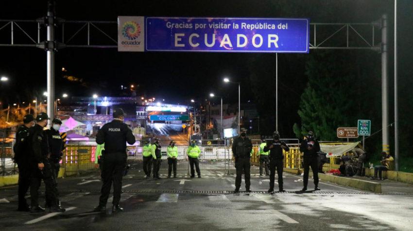 Agentes de la policía ecuatoriana bloquean el acceso al puente de Rumichaca el 1 de mayo de 2020.