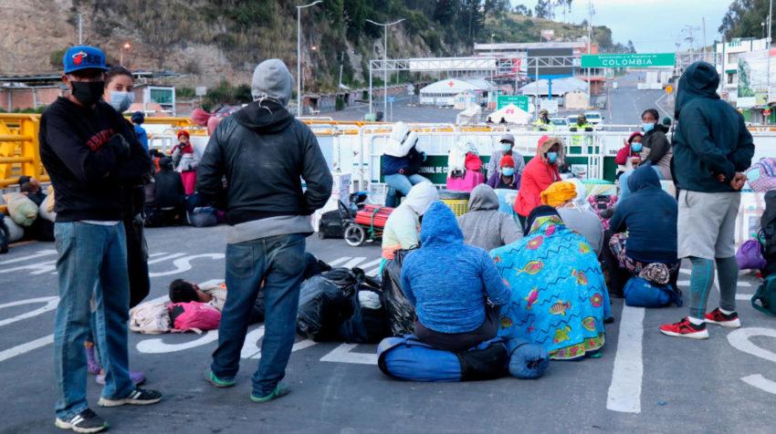 Ciudadanos  venezolanos  descansando en el Puente Internacional Rumichaca en la frontera de Colombia, en Tulcán, Ecuador, el 29 de abril de 2020.