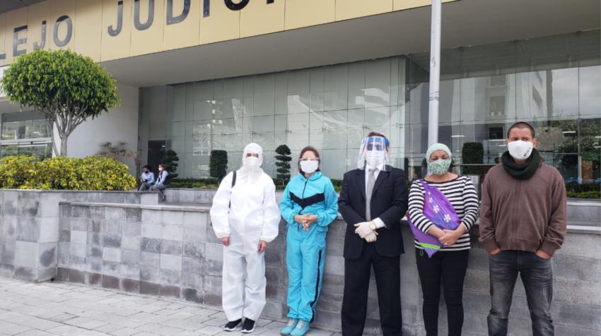 El abogado Gabriel Rivera junto con los pacientes con lupus que presentaron la acción de protección, el pasado 17 de junio de 2020.