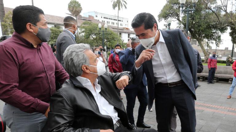 """El presidente Lenín Moreno y el ministro de Finanzas, Richard Martínez, saludan luego de un evento sobre el programa """"Reactívate Ecuador"""", en Quito, el 25 de junio de 2020."""