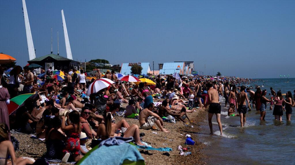 Reino Unido cerrará playas si las personas no respetan el distanciamiento social