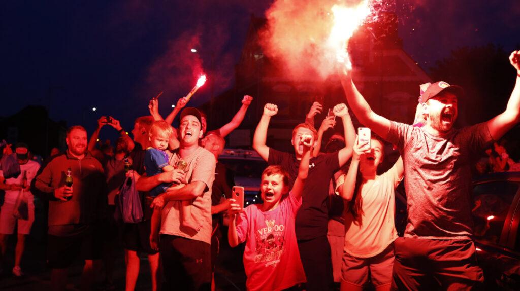 Hinchas del Liverpool se vuelcan a la calle a celebrar el título de la Premier