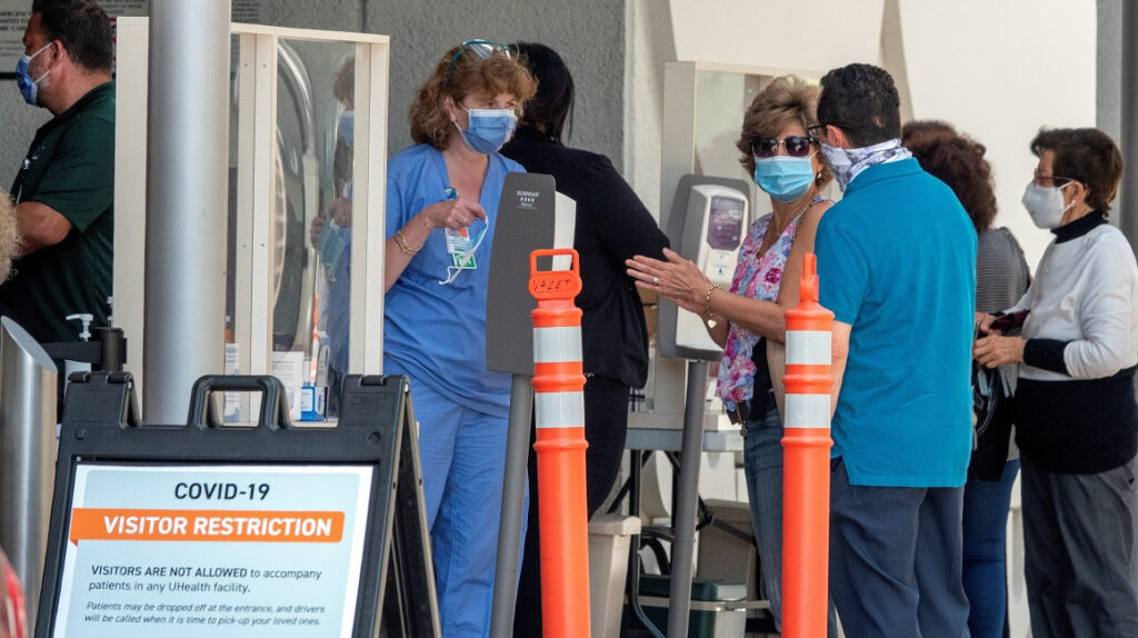 Estados Unidos registra 121.100 muertos por Covid-19, mientras enfrenta un repunte de casos