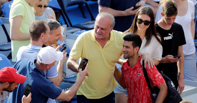 Djokovic sacándose fotos con sus fans durante el Adria Tour.
