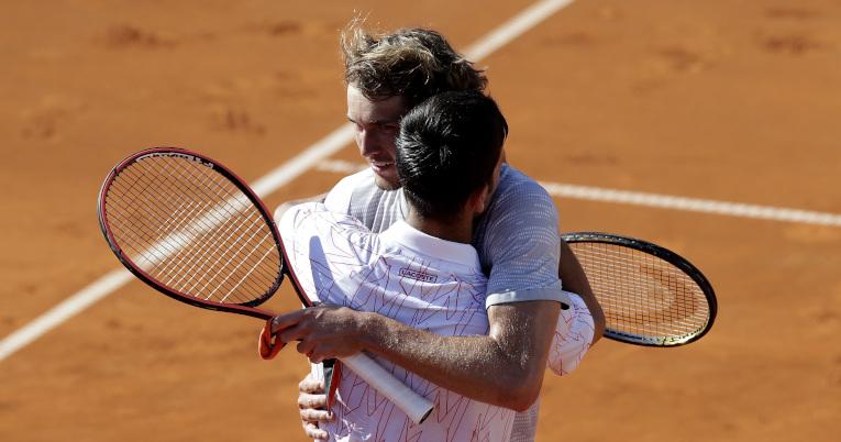 Djokovic y Zverev dándose un abrazo después de un partido el 14 de junio.