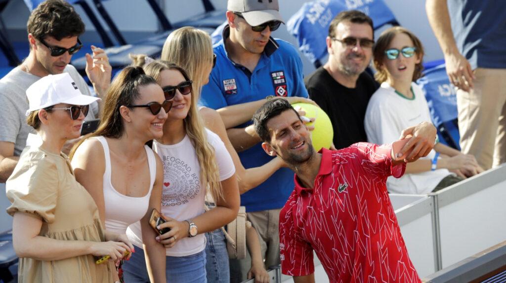Abrazos y una fiesta: así fue el torneo que provocó el contagio de tenistas