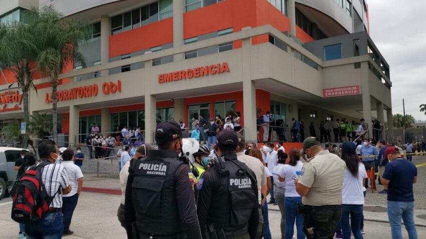 Exteriores de la clínica Kennedy, en la vía Samborondón, donde se encuentra el cuerpo de Carlos Luis Morales, el 22 de junio.
