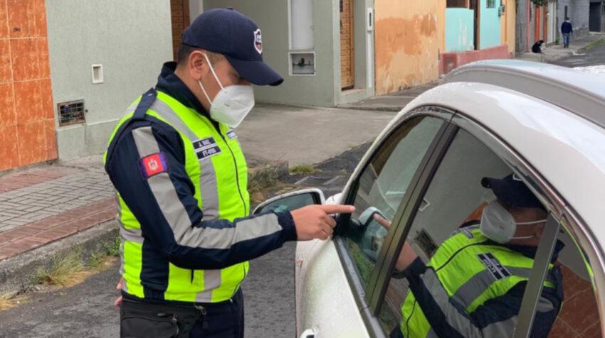 El fiscalizador Jorge Báez, durante un operativo de tránsito en Quito, el 19 de junio de 2020.