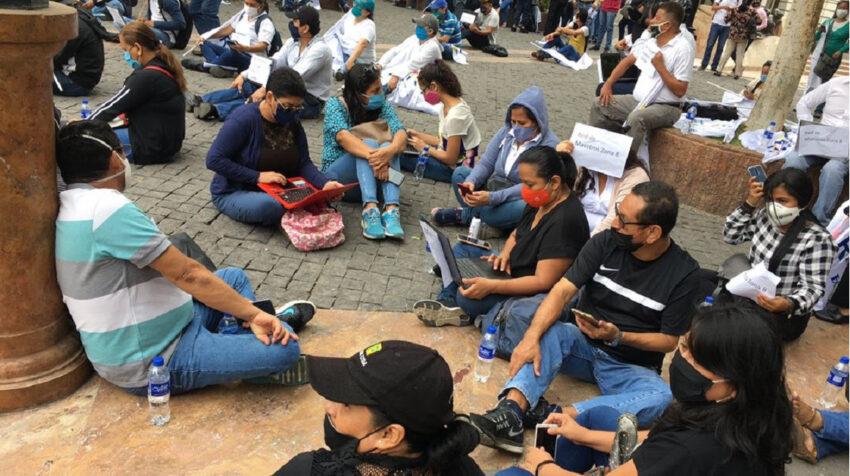 Unos 200 maestros se congregaron afuera de la Gobernación del Guayas en rechazo al retraso de salarios y falta de internet, el 17 de junio de 2020.