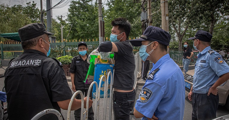 Autoridades cerraron áreas y condominios cercanos al mercado de Pekín dónde se originó el rebrote de Covid-19.
