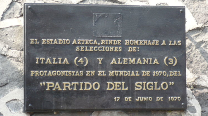Placa que se encuentra en la parte frontal del estadio Azteca, de Ciudad de México.