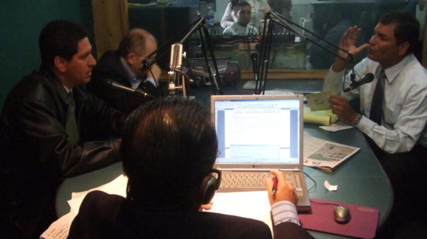 Una entrevista en el año 2007 del presidente Rafael Correa, con los periodistas Jorge Piedra, Fernando Valencia y Gustavo Cardoso.