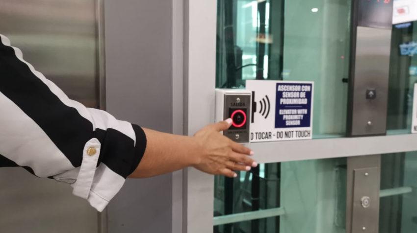 Ascensor con censor en el Aeropuerto Internacional José Joaquín de Olmedo, en Guayaquil, el 15 de junio de 2020.