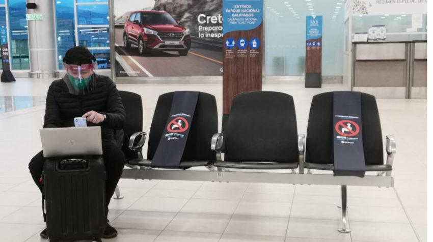 Una persona sentada en el aeropuerto de Quito, el 15 de junio de 2020.