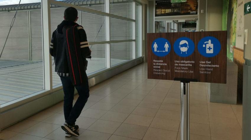 Señalética sobre las medidas de bioseguridad en el aeropuerto de Quito, el 15 de junio de 2020.
