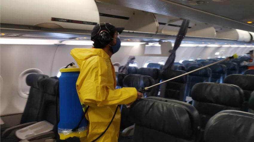 Una persona desinfectando los asientos de un avión en el aeropuerto de Guayaquil, el 15 de junio de 2020.