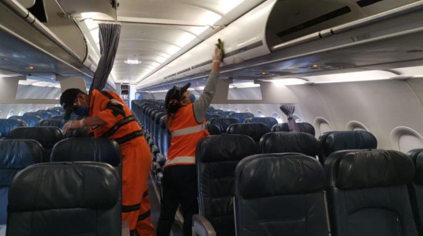Dos personas limpian un avión en Guayaquil, el 15 de junio de 2020.
