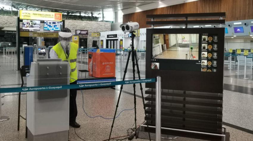 Una cámara térmica en la entrada del aeropuerto de Guayaquil, el 15 de junio de 2020.