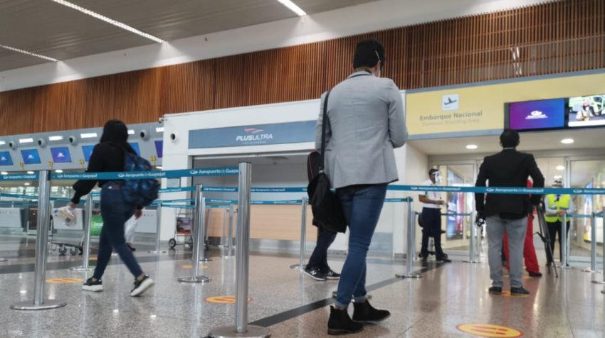 Personas ingresan a la zona de control del aeropuerto de Guayaquil, el 15 de junio de 2020.