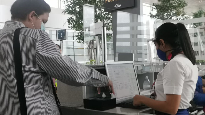 En el aeropuerto de Guayaquil, un hombre muestra su pase de abordar en su celular, el 15 de junio de 2020.