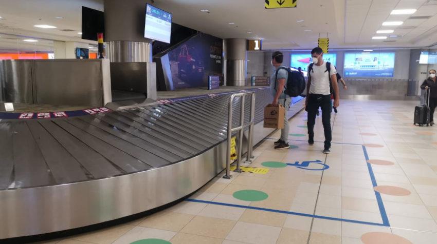 Dos personas recogen sus maletas en el aeropuerto de Quito, el 15 de junio de 2020.