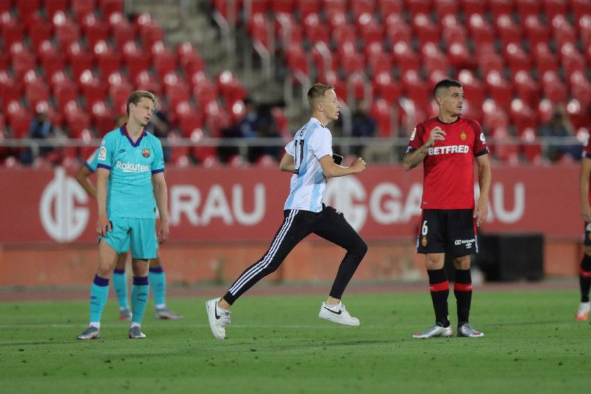 Un espontáneo, con la camiseta 10 de Argentina, se metió a la cancha en el partido entre el FC Barcelona y el Mallorca, el 13 de junio de 2020.