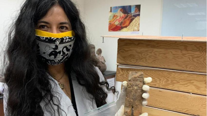 Una persona del laboratorio de arqueología de la USFQ muestra una de las piezas, en junio de 2020.