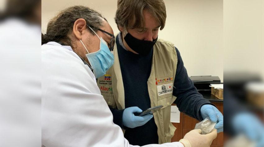 Un miembro del laboratorio de arqueología de la USFQ examina las piezas, en junio de 2020.