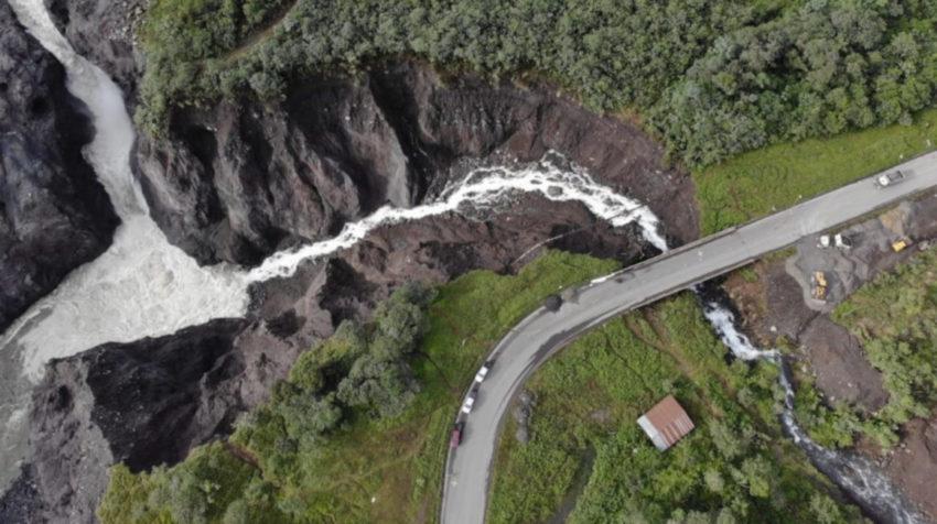 Imagen del 6 de junio de un tramo de la vía Quito-Lago Agrio está en peligro de colapsar por la erosión del río Montana.
