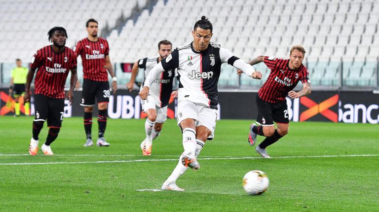 Cristiano Ronaldo falla un penal para la Juventus, en la semifinal de la Copa Italia, ante el AC Milan, este viernes 12 de junio de 2020.