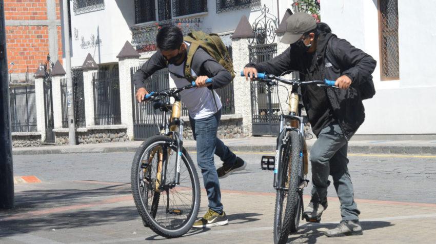Dos personas utilizan las bicicletas de bambú el 2 de junio de 2020.