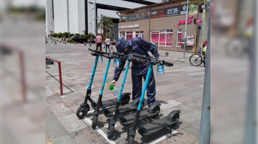 En junio de 2020, personal de Hop Scooter desinfecta monopatines eléctricos, en el centro norte de Quito.
