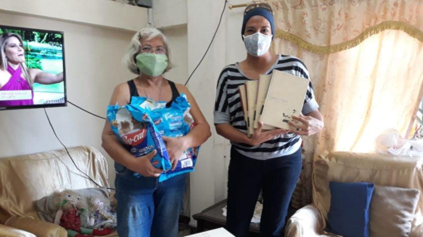 Dos integrantes de Trueque Guayaquil intercambian productos, el 12 de junio de 2020.