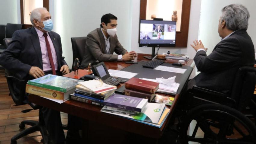 El presidente Lenín Moreno y los ministros Richard Martínez y René Ortiz durante la reunión con el Consejo Asesor en Materia Económica, 9 de junio de 2020.