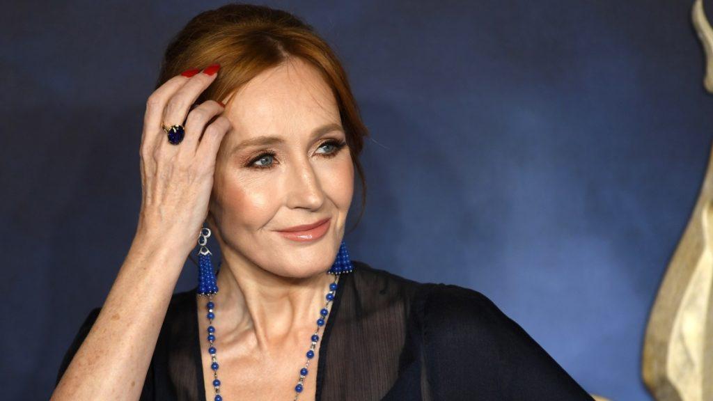 JK Rowling acusada de transfobia en Twitter por sus comentarios